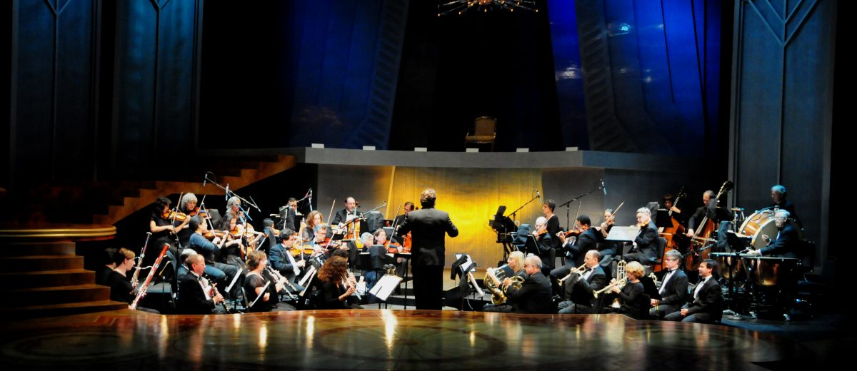 photo of Lucas Richman conducting an orchestra